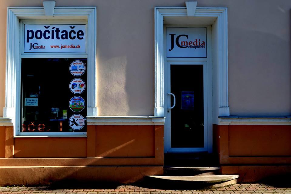 Vizáž vstupnej strany predajne v Ilave.